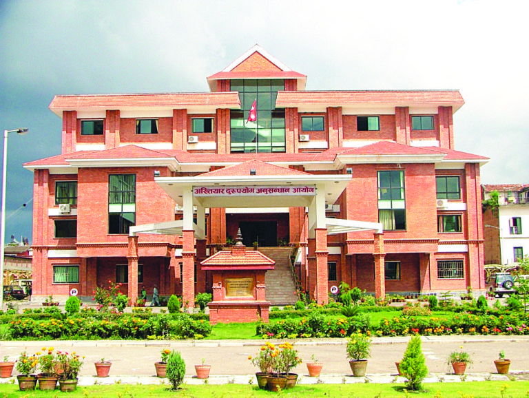 मालपोत कार्यालय दाङका नासु र कार्यालय सहयोगी घुस रकम सहित रंगेहात पक्राउ