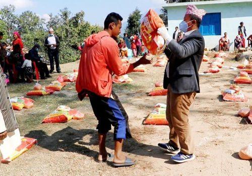खोटाङ दिप्रुङ चुइचुम्मा गाउँपालिकाद्वारा राहत वितरण