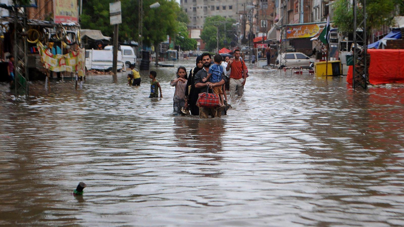 पाकिस्तानमा हावाहुरी र वर्षाको वितण्डा, १० को मृत्यु सयौं घाइते