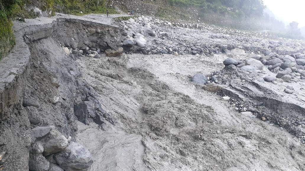 रायखोरको पहिराले राहुघाट नदी थुनियो