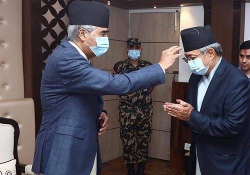 प्रधानमन्त्री देउवासँग गृहमन्त्री खाँण सहित उच्च सरकारी अधिकारीद्वारा टीका ग्रहण